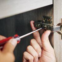 Comment monter soi-même une porte de placard ?